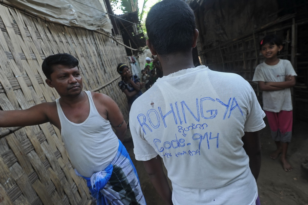 Photo d'un homme portant un t-shirt affichant 'Rohingya'
