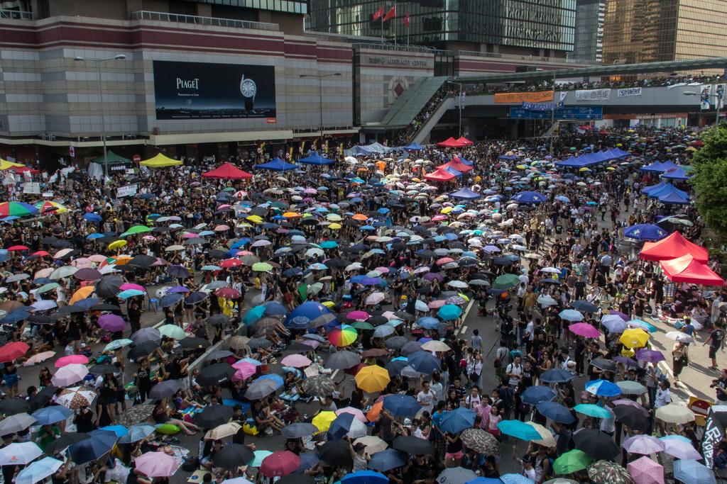 Photo de la foule manifestant avec des parapluies à Hong Kong