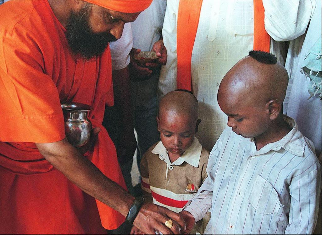 Photo de la cérémonie de reconversion, prête Shiv Sena avec deux garçons