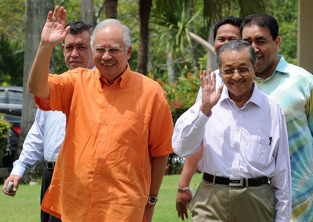 Photo de l'actuel Premier ministre malaisien Najib Razak (à gauche) et l'ancien chef du gouvernement Mahathir Mohamad,
