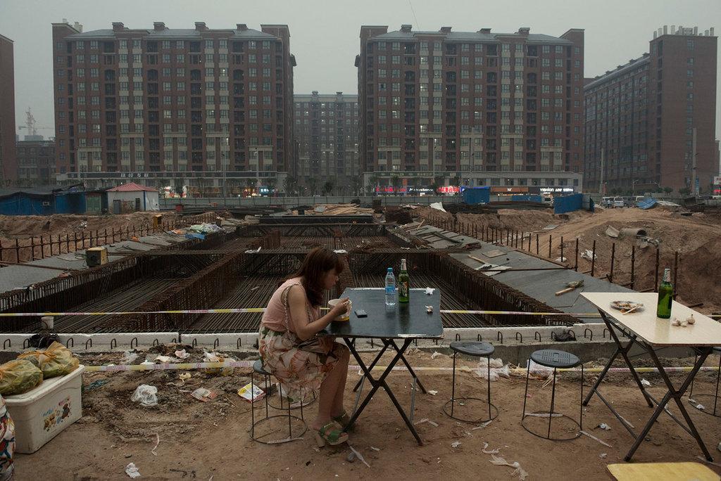 Photo d'une personne dinant seule devant le chantier