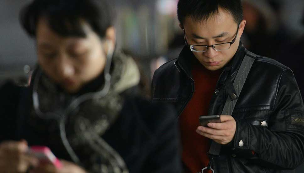 Photo de Chinois regardant leur smartphone