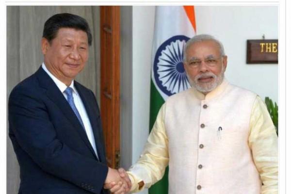 Photo de Modi serrant la main de Xi Jinping
