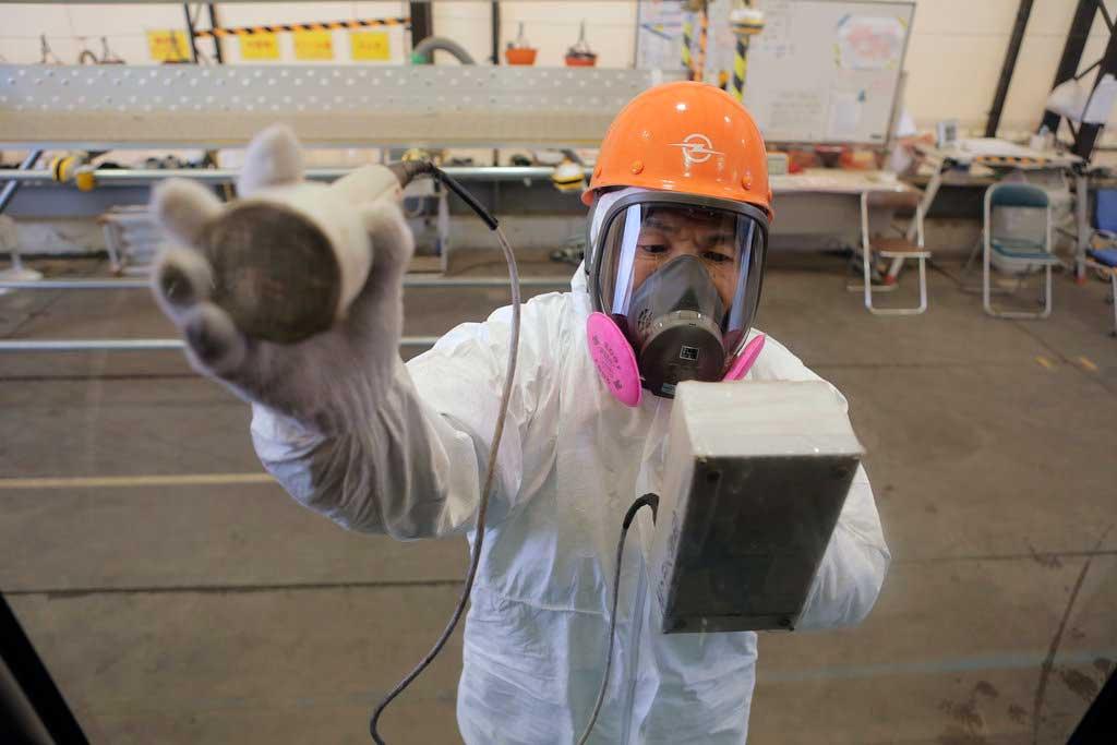 Photo d'un employé dans une centrale nucléaire au Japon