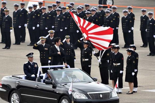 Photo où l'on voit Shinzo Abe passer en revue ses troupes sur la base aérienne de Hyakuri
