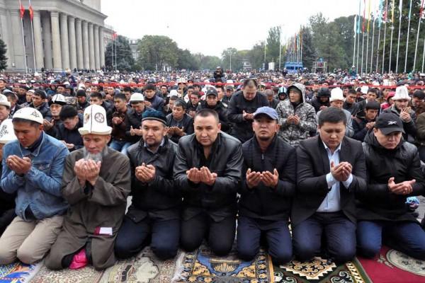Photo de musulmans rassemblés pour la prière