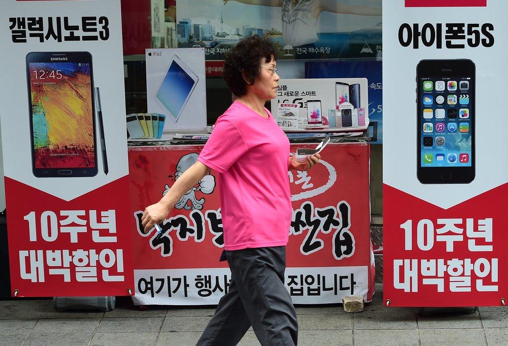 Photo d'une passante devant une publicété Samsung en Corée