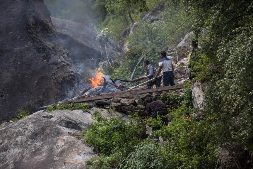 Les villageois de Kodari brûlent les corps des morts près de la frontière avec le Tibet.