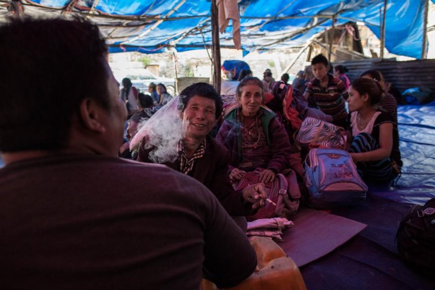 Campement de tentes sur la route d'Araniko, qui abrite les villageois qui n'ont plus d'endroit où dormir depuis le puissant séisme qui a ravagé la région, près du village de Kodari.