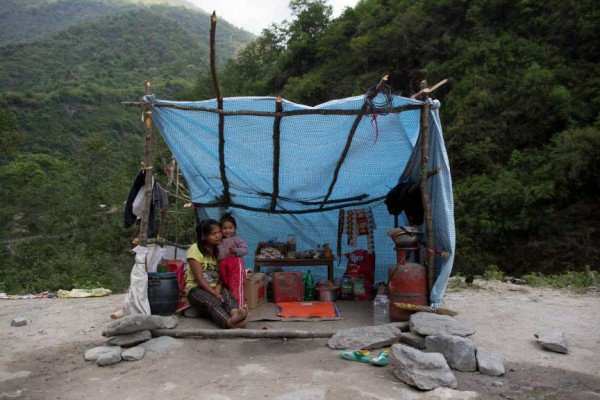 Une femme avec sa fille dans leur tente d'appoint sur la route d'Araniko.
