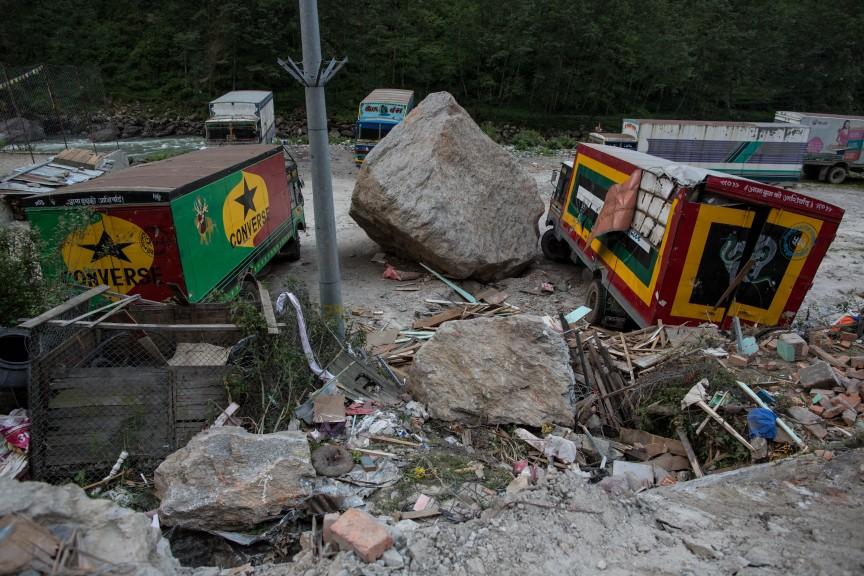 D'énormes pierres glissant depuis les montagnes sont venues s'écraser sur les camions de marchandises.
