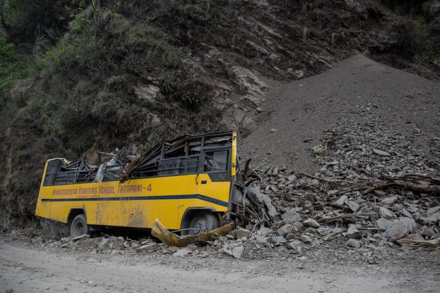 Un bus d'école détruit par le glissement de terrain causé par le séisme.