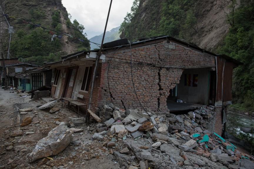 Village détruit et abandonné par ses habitants, sur la route d'Araniko, non loin du village de Kodari.