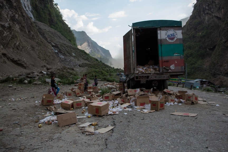 Un camion chinois détruit lors du tremblement de terre. Il transportait des pommes. Les villageois se servent de ce qui peut rester pour se nourrir.