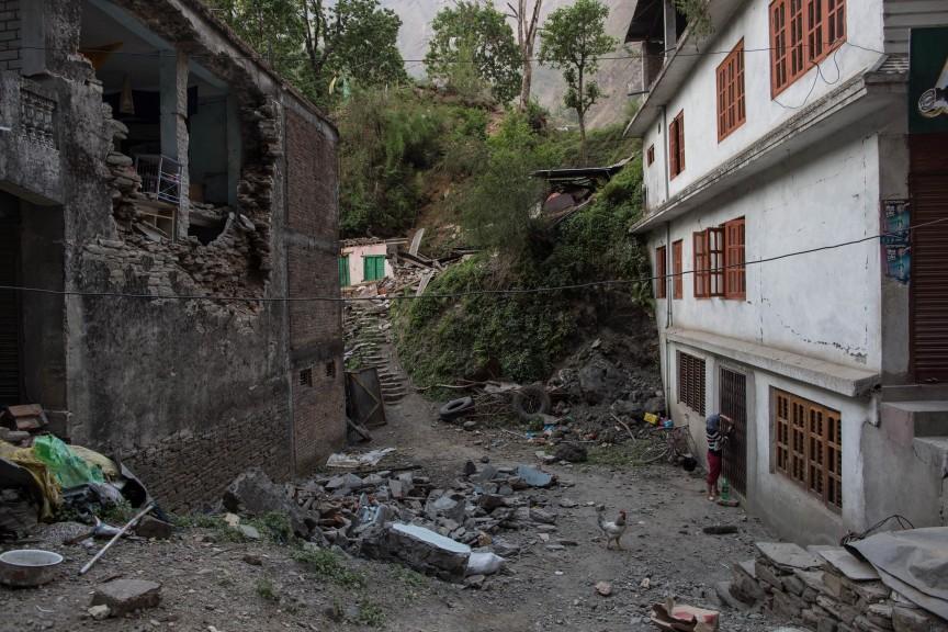 Village détruit par le séisme, les dégats sont importants dans toute la région.
