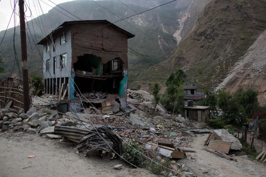 Village détruit abandonné par ses habitants, sur la route d'Araniko, près de Kodari.
