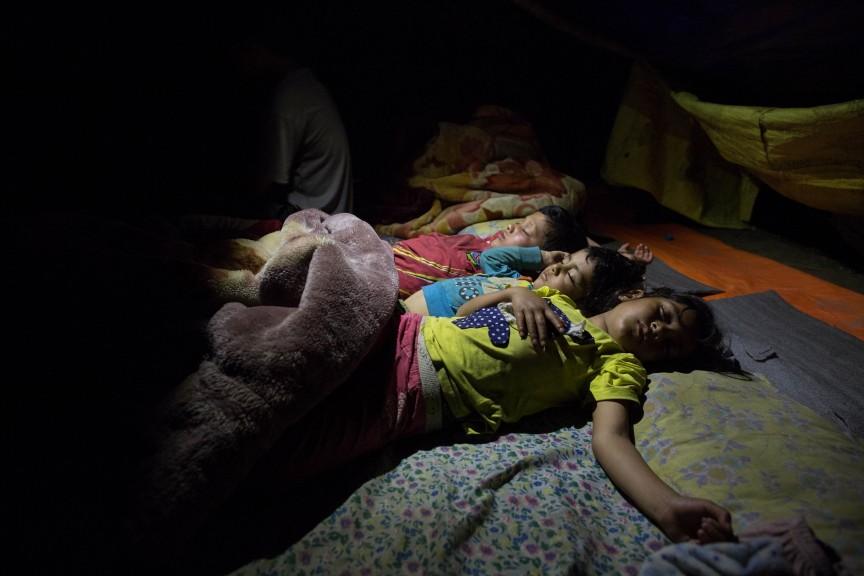 Les enfants dorment dans des tentes d'appoint.
