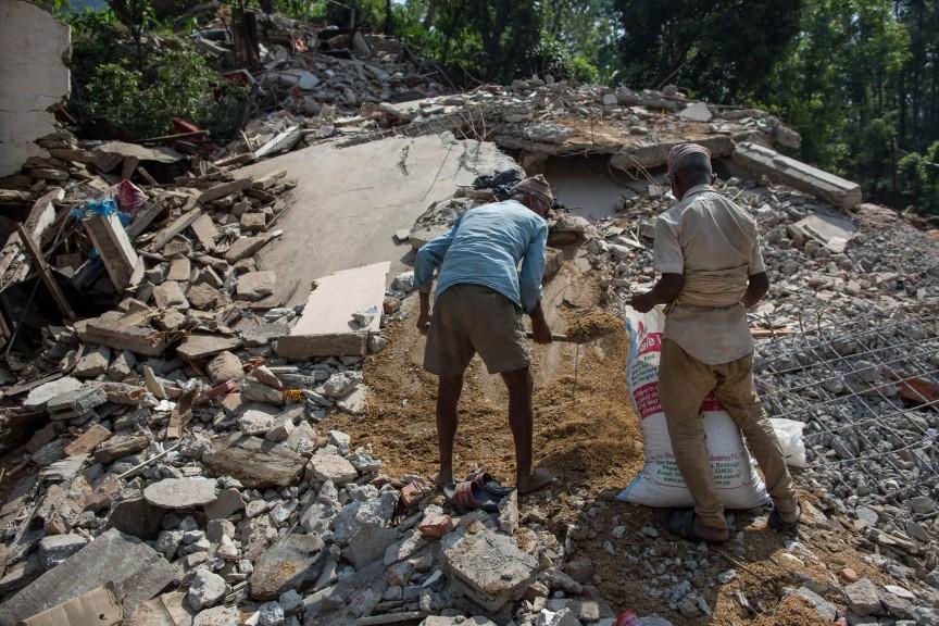 Les hommes s'organisent pour dégager les décombres des maisons effondrées.
