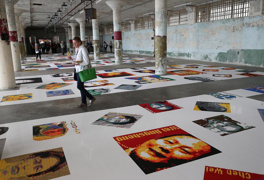 """Une photographie de l'oeuvre """"Trace"""" d'Ai Weiwei."""