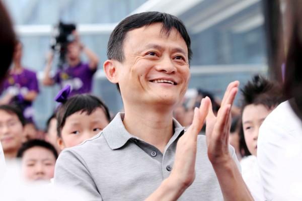 Photographie du PDG d'Alibaba, très souriant.