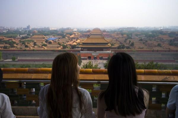 Deux femmes sont photographiées de dos.