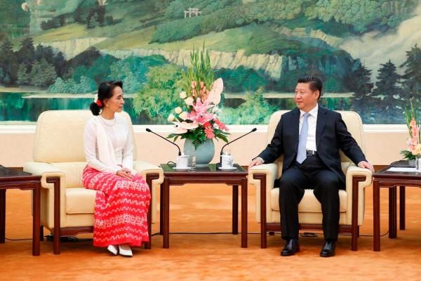 Photographie d'Aung San Suu Kyi en compagnie de Xi Jinping