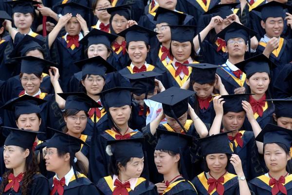 Photographie d'un groupe d'étudiants chinois en robes universitaires.