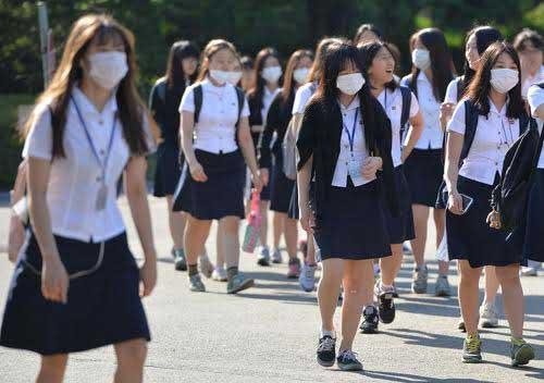 Les jeunes étudiants coréens portent des masques pour éviter la contagion.