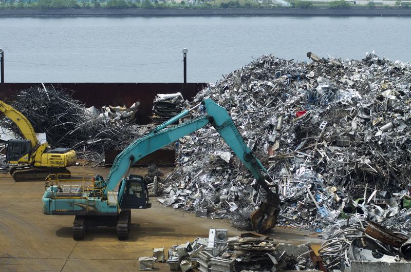 Les déchets sont triés dans une décharge.
