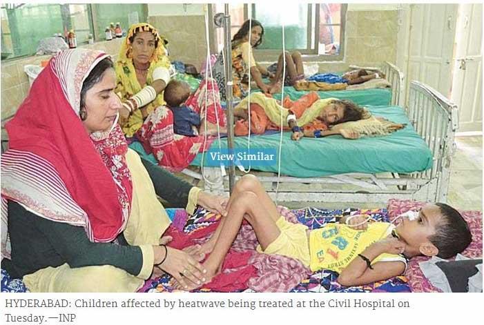 On y voit un enfant allongé dans un lit d'hôpital.