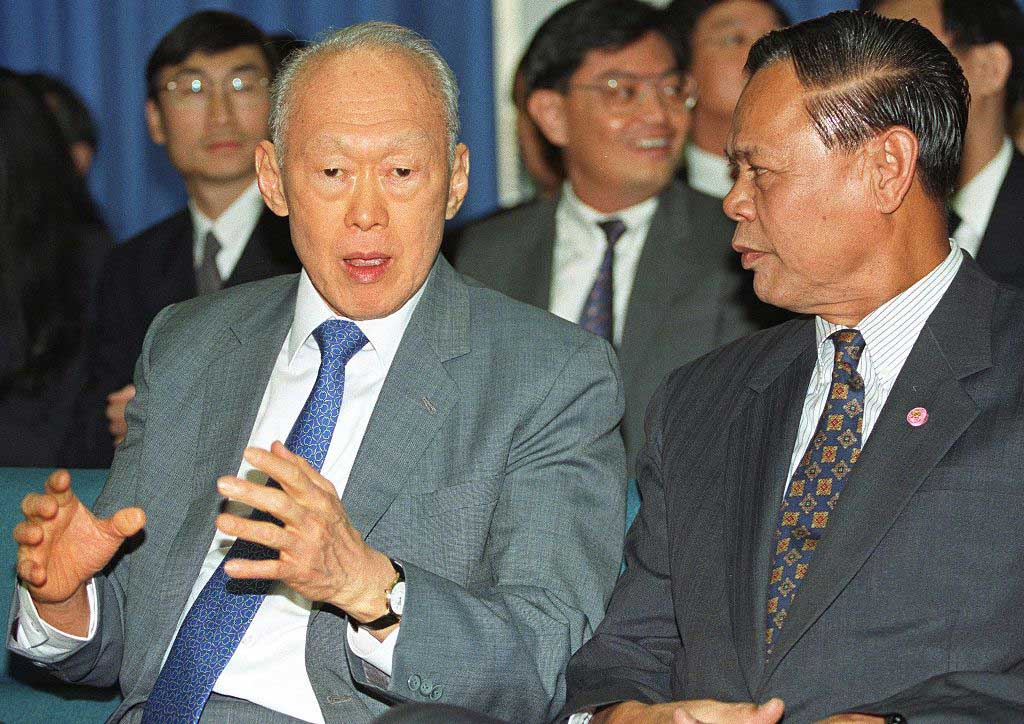 Lee Kuan Yew en dicussion avec Wutthichai Wuthisiri