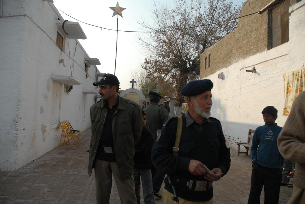 La police garde l'église de la Christian Colony, Peshawar