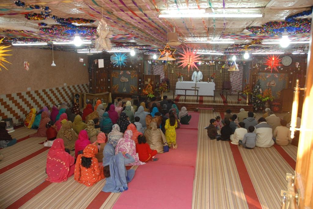 """La messe dans la """"colonie chrétienne"""" à Peshawar"""