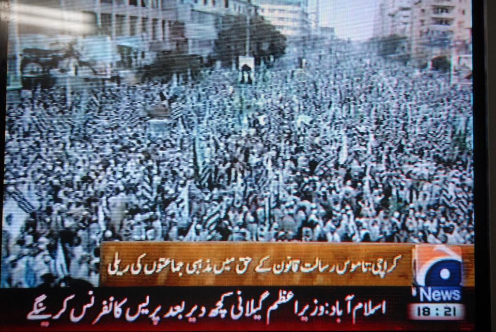 Capture d'écran de la télévision pakistanaise montrant les manifestation contre tout amendement à la loi anti-blasphème dans les rues de Karachi au Pakistan
