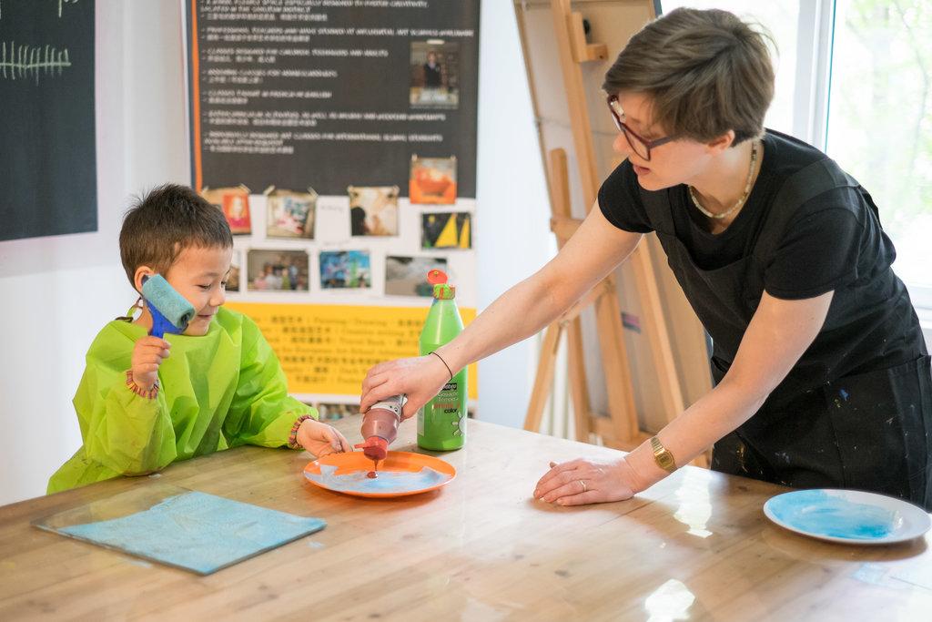 Une enseignante et son élève pendant un cours à Atelier