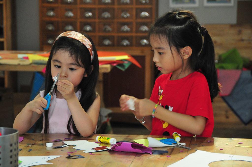 Jeunes élèves en plein processus de création pendant un cours à Atelier