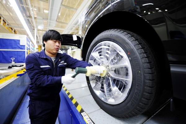 Photo d'un ouvrier chinois dans une usine automobile