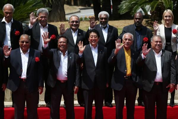 Photo du Premier ministre japonais Shinzo Abe (au centre) entourés des chef de gouvernement des îles du Pacifique