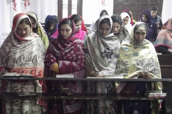 La communauté chrétienne de Peshawar célèbre Noël dans l'Eglise de Tous les Saints le 25 décembre 2014. Le 16 décembre, une attaque des Talibans pakistanais avait fait 148 morts dont 132 enfants. Le 22 septembre 2013, deux attentats suicides à l'explosif avait visé l'Eglise de Tous les Saints : 127 morts et 250 bléessés (Crédit : CITIZENSIDE/MUSARRAT ULLAH/AFP)