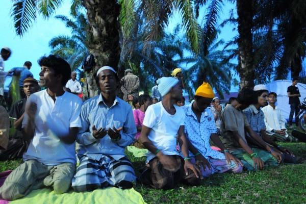 Des migrants Rohingyas à l'heure de la prière dans un camp de rétention à Bayeun dans la province d'Aceh en Indonésie en mai 2015