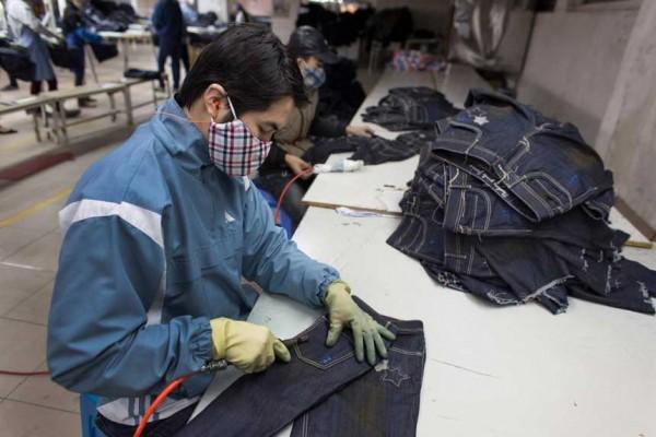 Usine de fabrication de jeans au Vietnam (mars 2015). (Crédit : Ton Koene / Picture-Alliance/AFP)