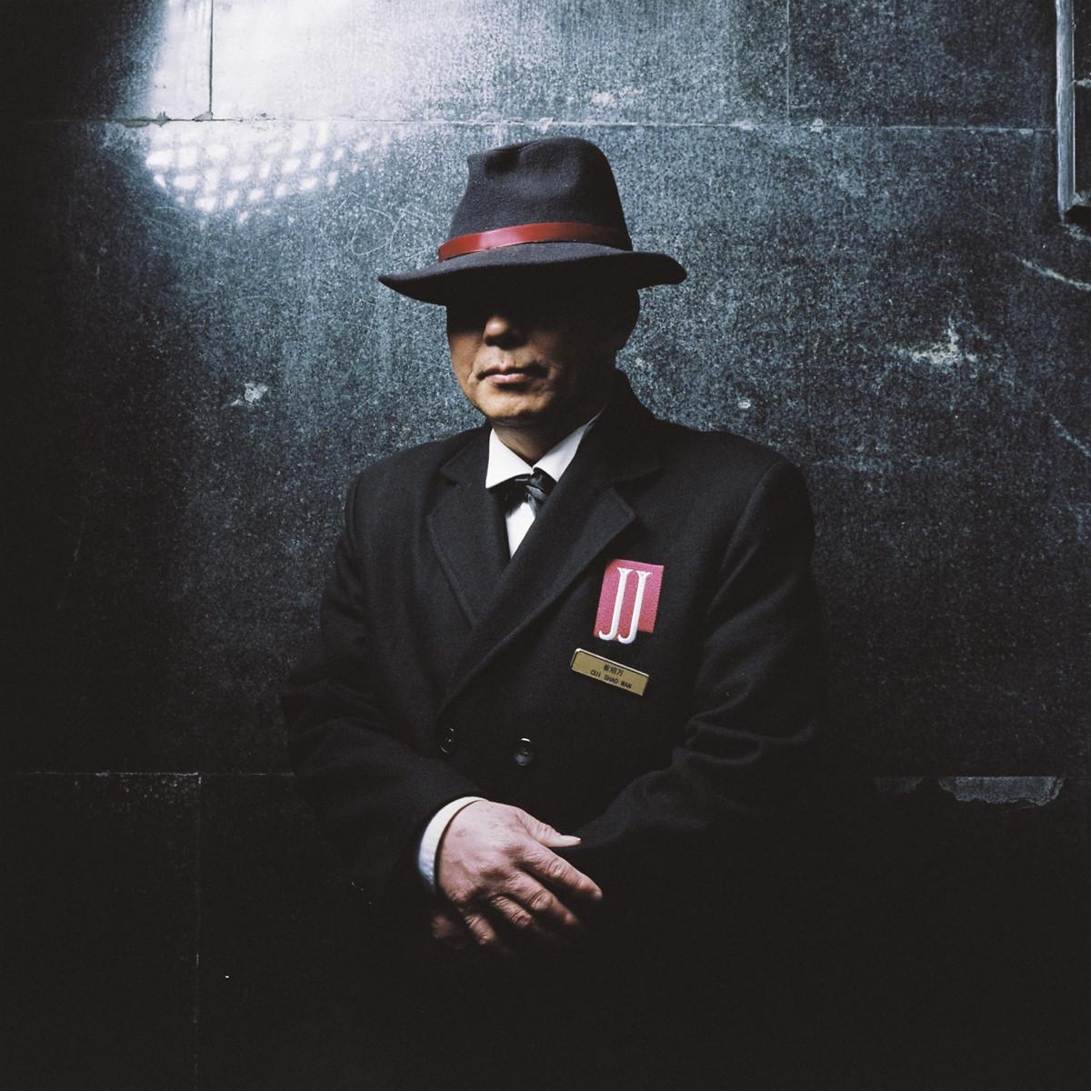 Cui Shaowan, 63 ans, était ouvrier dans l'industrie automobile. Retraité depuis un an, il a pris le poste de portier au Park Hotel et se sent très fier de son nouvel emploi