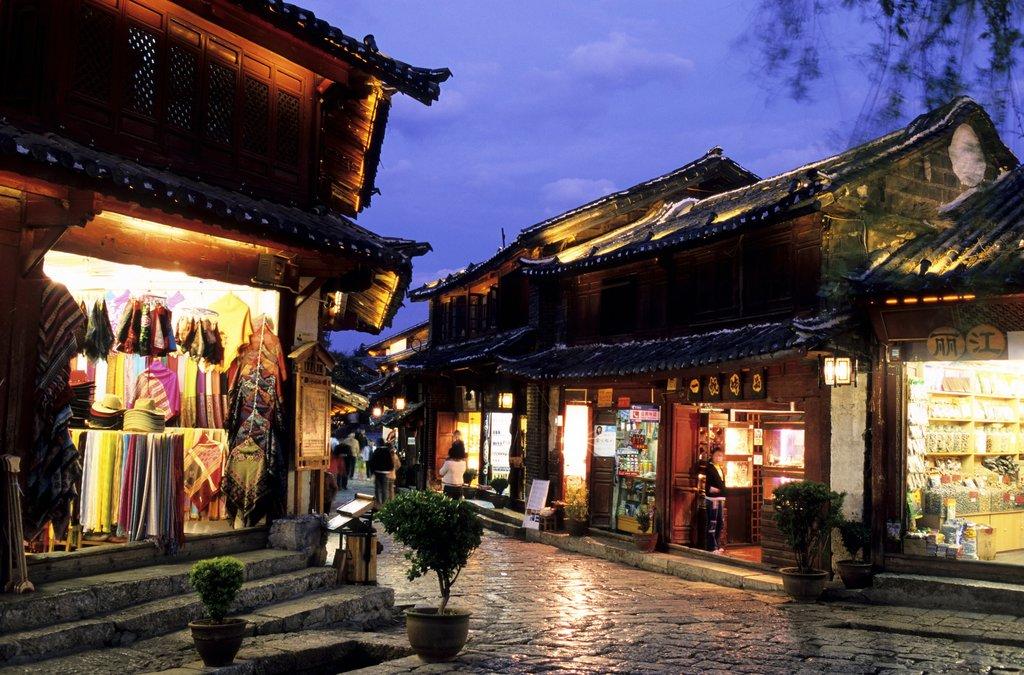 Le centre-ville de Lijiang en soirée
