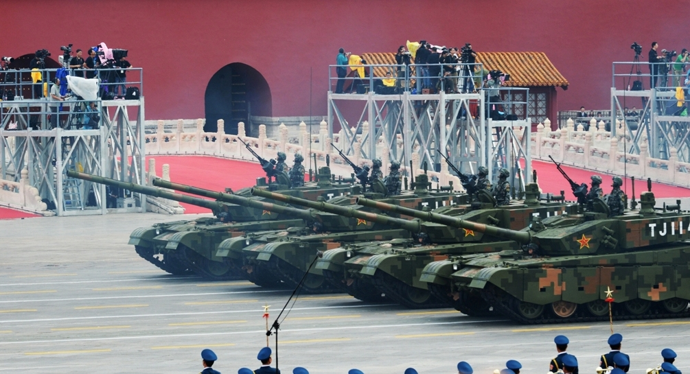 Véhicules militaires en pleine répétition de la parade de commémoration de la victoire dur le Japon, sur la place Tian'anmen à Pékin le 23 août 2015