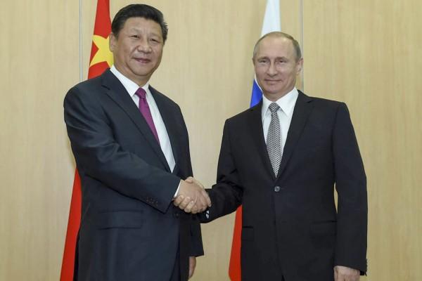Le président chinois Xi Jinping et son homologue russe Vladimir Putin lors d'une rencontre à Ufa en Russie