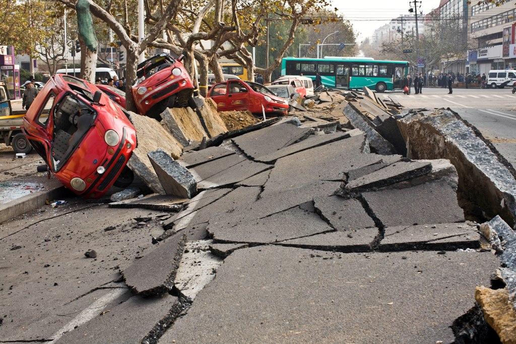 Véhicules endommagés par l'explosion d'un pipeline à Qingdao, dans la province chinoise du Shandong (Nord-Est), le 22 novembre 2013