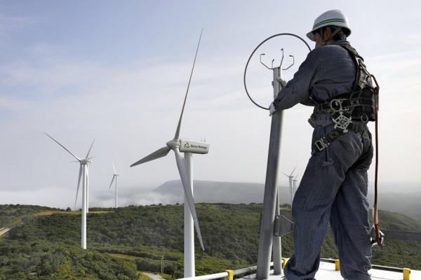 Le mécanicien en chef Ryo Nagasawa travaille en haut d'une éolienne à Higashi-Dori sur l'île d'Honshu