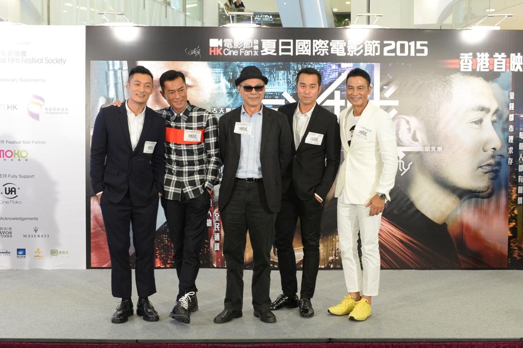 """Le réalisateur Ringo Lam entouré de ses acteurs (de g. à d.) Shawn Yue, Louis Koo, Joseph Chang et Simon Yam, lors du gala de première du film """"Wild City"""" à Hong Kong le 18 août 2015."""
