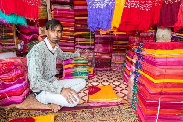 Vendeur d'étoffes à Jodhpur au Rajasthan (nord de l'Inde), le 24 janvier 2015