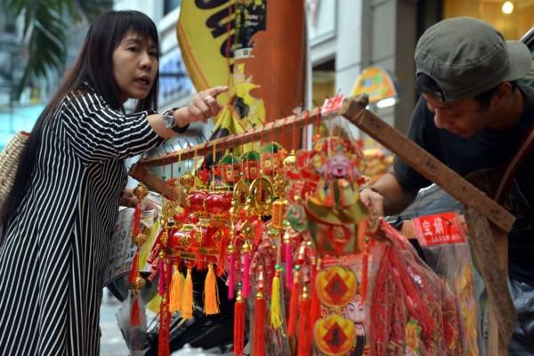 Une cliente achète des décorations pour le Nouvel An chinois à Jakarta, le 9 février 2013